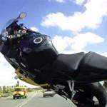 Acidente de moto: motociclista cai ao empinar sua moto a 160 km/h