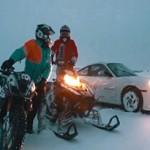 Triumph Daytona, Porsche e snowmobile disputam corrida na neve