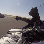 Kawasaki Ninja H2R é confrontada por três Super Carros