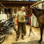 A moto trabalha e o cavalo descansa