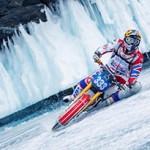 Motociclista faz arriscado 'Círculo do Xamã' em lago congelado