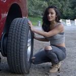 Motocross Pin-Up: ela ensina a trocar pneu de uma RAM 1500