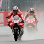 Andrea Dovizioso vence Márquez em pista molhada