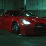 Nissan GT-R Liberty Walk: uma fera carmesim em cenário sombrio