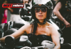 Mulheres pilotando motos